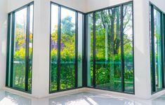 Najčastejšie sa stretnete s klasickými bielymi plastovými oknami a balkónovými dverami, ktoré patria medzi najlacnejšie.