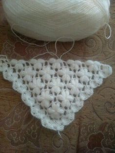 Nice white shawl made with crochet i wanting share with you.This Pin was discovered by Tuğ Crochet Triangle, Granny Square Crochet Pattern, Crochet Stitches Patterns, Crochet Motif, Crochet Shawl, Crochet Lace, Knitting Patterns, Love Crochet, Crochet Flowers