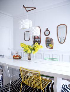 Comedor con espejos originales en la pared #comedor #salón #espejo #decoración #hogar #habitissimo #amarillo #flores #silla