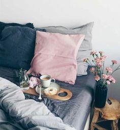 deco chambre fille, coussins rose, gris et bleus, peinture murale blanche, fleurs, coussin rose, table de nuit en bois