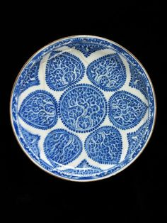 Plate, fritware painted in underglaze blue, Iran, 16th or 17th century. Diameter: 25.4 cm. Museum number: 2731-1876. © V&A Images.