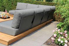 De SUNS Isla loungeset heeft een design award gewonnen, en dat is niet voor niets. De loungebank heeft een lage zit en de kussens liggen als ware op de loungebank. Dit prachtige design is een ware eye-catcher in uw tuin. De rugleuning is verstelbaar in twee standen en te spiegelen. Zo kunt de loungeset zelf indelen.