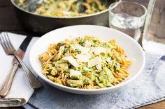 Recept voor pasta pesto voor 4 personen. Met olijfolie, snijbonen, ui, champignon, pijnboompitten, knoflook, groene pesto, slagroom, parmezaanse kaas en fusilli (pasta)