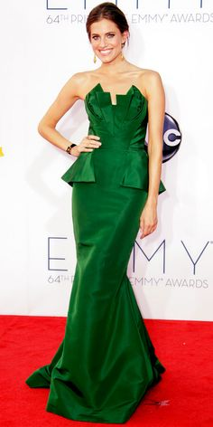 Allison Williams made her Emmys debut in a sculpted Oscar de la Renta design and bold jewels.