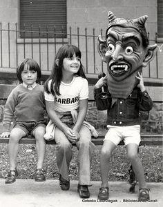 Niños con disfraz de cabezudo en fiestas de San Ignacio, 1974 (Cedida por Ignacio Azaola) (ref. 04075)