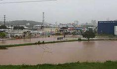 Enchentes tomam as ruas e uma pessoa desaparece