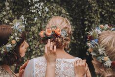 Lantligt bröllop i Småland. En somrig dag i juli, med så mycket förväntningar, kärlek och familj från Sverige, Polen och hela vägen från Australien. Förbered er på en massa härliga, roliga, sköna och vackra ögonblick från Anya & Dan's bröllopsdag med mig som Bröllopsfotograf.