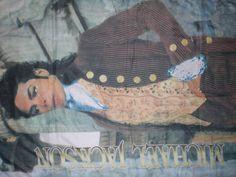 Michael Jackson: chusta/plakat. Piękny prezent dla każdej fanki / każdego fana MJ. Unikatowa, duża (93x 136 cm) chusta/plakat z Michaelem Jacksonem. Na górnych rogach ma przyszyte czarne tasiemki do wiązania. Stan dobry (nieduże przetarcia w górnych rogach.) Cena: 179zł Do ceny plakatu należy dodać koszt wysyłki poleconym: 7zł #Michael_Jackson