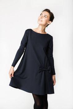 Robe avec noeud, robe, robe bleu foncé, LeMuse robe d'automne avec noeud conçu et cousu par LeMuse. Lorsque vous vous habillez LeMuse robe bleu marine avec noeud, vous vous sentez belle et confortable. LeMuse cache toutes les imperfections et vous rend parfaite. ROBE SPÉCIFIQUE: -Prêt à expédier. -Convient à toutes les femmes taille de corps. -Tissu: 69 % viscose, 25 % polyamide, 6 % spandex. -Entretien: laver à l'envers (à 30 degrés); ne pas utiliser une machine à laver; fer à…