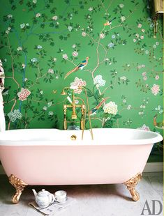 Nothing and I mean nothing warms my obsessed heart more than an indulgent bathtub! Post cred Enchanting bathroom in a London home! The vibrant hand-painted chinoiserie wallpaper is by ! Photo credit to . Victorian Style Decor, Victorian Style Bathroom, Chinoiserie Wallpaper, Wallpaper Decor, Vinyl Wallpaper, Architectural Digest, Bel Air, Room Color Schemes, Clawfoot Bathtub