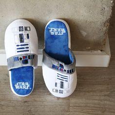 Preciosas, así definimos nuestras zapatillas de estar por casa de R2-D2 de La Guerra de las Galaxias. Preciosas, frikis y cómodas. No puedes dejar escapar la oportundad de tener en tu hogar algo tan emblemático del mundo friki como unas zapatillas de uno de los mejores personajes de Star Wars.  La zapatilla que es de Licencia Oficial, es de suave tela de peluche con los motivos de R2-D2 (blanco y azul) 100% de poliéster. Suavísima, tiene la suela antideslizante para evitar resbalones.