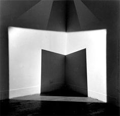 adalberto mecarelli   Une pyramide de lumière + une pyramide d'ombre. 250x150x500 cm circa. Galerie Jordan. Paris.