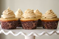 Bakergirl: Vanilla Bean Cupcakes with Peanut Butter Buttercream. The cupcakes are stuffed with peanut butter cups. Vanille Cupcakes, Vanilla Bean Cupcakes, Peanut Butter Cupcakes, Buttercream Cupcakes, Baking Cupcakes, Cupcake Recipes, Cupcake Cakes, Cupcakes Decorating, Cupcake Frosting