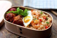 ナシゴレン 鶏のから揚げ スウィートチリソース和え プチトマトのマリネ うずら卵の目玉焼き