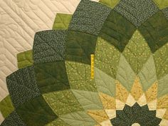 Giant Dahlia Quilt -- gorgeous meticulously made Amish Quilts from ... Big Block Quilts, Quilt Block Patterns, Lap Quilts, Quilting Room, Longarm Quilting, Quilt Tutorials, Patchwork, Amish Quilts, Green Quilt