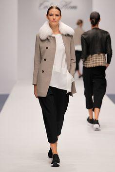 Tot-Hom_OI16_LA_09 #tothom #tot-hom #pretaporter #lineaa #modamujer #moda #fashion #desfile #fw16 #Barcelona #Madrid #tendencia #streetstyle #model #sneaker #Pantalonesmidi #vestidosoversize #blazers #jerseys #beige #gris #blanco #rosaelectrico #negro #tweet #cashmeres #cosmopolita