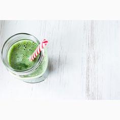 Suco verde detox.Suco detox ajuda o fígado a eliminar as toxinas que impedem o bom funcionamento do nosso organismo. O fígado é o órgão capaz de transformar todas essas toxinas e impurezas que consumimos diariamente em substâncias elimináveis pela urina e fezes. Portanto, o suco detox ajuda a limpar o fígado, permitindo que ele possa executar melhor suas funções.
