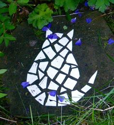 Garden cat moasic - could make this out of concrete pieces from The Box