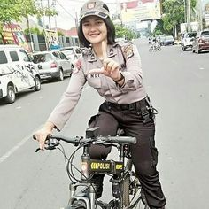 Pretty Police Women Make a Smile Army Police, Make Smile, Girls Uniforms, Muslim, Funny Pictures, Punk, Pretty, Cops, Soldiers