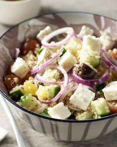 Een typische Griekse salade met paprika, tomaat, olijven, feta en komkommer, met de gezonde toevoeging van voedzame quinoa, om er een echte maaltijdsalade van te maken. Heerlijk! Wine Recipes, Salad Recipes, Healthy Recipes, Healthy Food, I Want Food, Salad Wraps, Home Food, Couscous, Food Porn