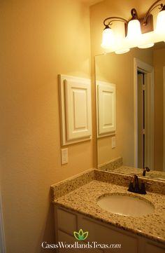 La casa cuenta con 3 baños y medio. #Hogar #Interiores #TheWoodlands