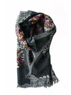Wollen sjaals met bloemenprint. Deze dubbelgeweven sjaal is met de hand geverfd met natuurlijke grondstoffen.Ook heeft de sjaal gerafelde randen. De sjaal heeft een lichte achter- en donkere voorkant.