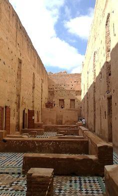 Auf einer langen Reise auf der Suche nach marokkanischen Fliesen. #wandfliesen #marokkanische #fliesen #innenarchitektur #moroccantiles #marocchine #piastrelle #zellige #keramikfliesen #fliesen #dekorfliesen #wandfliesen #wohninspiration #Wohnideen #wohntrends #inneneinruchtung #badezimmer #badfliesen #buntefliesen #ausgefallen #kacheln Italia Design, Stairs, Interior Design, Home Decor, Moroccan Tiles, Diy Bathroom Tiling, Tiling, Searching, Interior Architecture