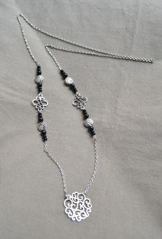 Sautoir en argent avec perles noires et pendentif en jolies arabesques