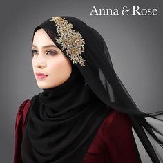 Kalau dulu-dulu orang cakap warna hitam ini buat penampilan nampak fierce, edgy dan dark.  Sofea Gorgeous Black yang dipadukan dengan lace 3D gold boleh membuatkan penampilan kelihatan classic feminine dan nampak elegance. So kepada penggemar warna hitam yang nak Nampak bergaya jangan lepaskan peluang untuk grab shawl ni tau! 😍- Anna Islamic Fashion, Muslim Fashion, Hijab Fashion, Anna Rose, Hijab Collection, Hijab Tutorial, Girl Hijab, Pashmina Scarf, Headpiece