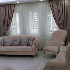 Pastel tonları tercih ettiği mobilyaları, şimdi yeni evde yine zarif ve zevkli bir ortam oluşturmayı sağlıyor. Bu evin mutfağı beyazlar içinde; country stiliyle pek hoş bir dekora sahip. Pudra pembe k...