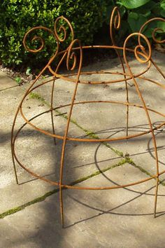 'Christopher' the open design is a good choice for broad and rosette leaf forms. Made of elegant solid steel wire with rusted finish tall, wide Garden Deco, Love Garden, Garden Art, Garden Crafts, Garden Projects, Garden Tools, Plant Cages, Landscape Curbing, Corner Garden