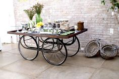 Recycle deco – DIY by recycling bicycle wheels In today's times, you can create endless things by recycling all kinds of objects, from tires, pallets or CDs. Bicycle Decor, Old Bicycle, Bicycle Wheel, Bicycle Art, Old Bikes, Bicycle Crafts, Bicycle Tires, Bicycle Design, Bar Redondo