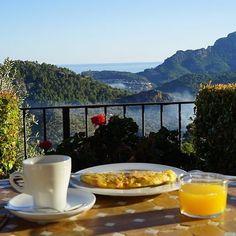 Lust auf Frühstück mit dieser traumhaften Aussicht? Dann schnell auf den Blog (Link im Profil) und lasst Euch entführen an einen magischen Ort auf Mallorca!