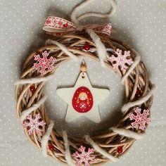 Couronne de noël poupée russe en hiver