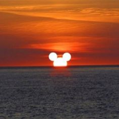 This Mickey Mouse sunset looks so cool ♧ Mickey Mouse And Friends, Disney Mickey Mouse, Disney Pixar, Walt Disney, Disney Movies, Minnie Mouse, Mickey Love, Disney Cruise Line, Cute Disney