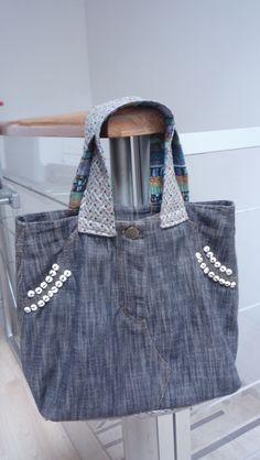 Bolsa Maty Bolsa reciclada rediseñada de una prenda de mezclilla combinada con sintetico petatillo a. cielo, con forro de moda estampado de colores