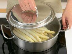 Perfekt gegarter Spargel ist weich, hat aber noch Biss. Hier findest du die Spargel-Kochzeit für verschiedene Garmethoden in der Übersicht.