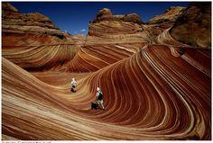 De golf, heet het: kijk hier. Het is een rotspartij op de grens van Arizona en Utah, bestaande uit 190 miljoen jaren oude zandduinen die uiteindelijk rots zijn geworden. De Los Angeles Times fotograaf Spencer Weiner legde het natuurfenomeen adembenemend mooi vast.  Het gebied is niet zonder toestemming toegankelijk. Op de site staat hoe je aan toestemming kunt komen.