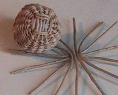 Miniatures and dollshouses : wicker and basket making(Need To Try Diy) Dollhouse Miniature Tutorials, Miniature Dolls, Dollhouse Miniatures, Miniature Crafts, Miniature Houses, Diy And Crafts, Paper Crafts, Deco Nature, Pine Needle Baskets