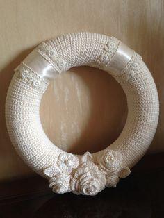 Vacker vit krans tillverkad av Wilma Veerman van de Haar - Lilly is Love Crochet Wreath, Diy Crochet, Crochet Hooks, Indian Wedding Gowns, White Wreath, Christmas Crochet Patterns, Thread Crochet, Chrochet, Irish Crochet