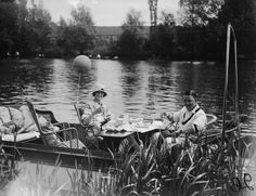 IlPost - Un picnic sul lago Dorney, in Inghilterra, nel giugno del 1923. (Topical Press Agency/Getty Images) - Un picnic sul lago Dorney, in Inghilterra, nel giugno del 1923.  (Topical Press Agency/Getty Images)