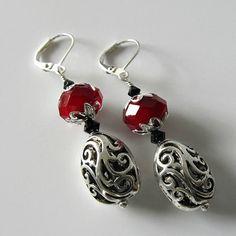 Berry Season beaded earrings Red and silver. Wire Jewelry, Jewelry Crafts, Beaded Jewelry, Jewelery, Jewelry Ideas, Homemade Jewelry, Bijoux Diy, Christmas Jewelry, Bead Earrings