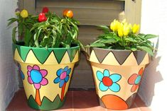 Risultati immagini per dibujos para pintar macetas Painted Clay Pots, Painted Flower Pots, Hand Painted Ceramics, Clay Pot Projects, Clay Pot Crafts, Fun Crafts, Pottery Pots, Decorated Flower Pots, Flower Pot Design