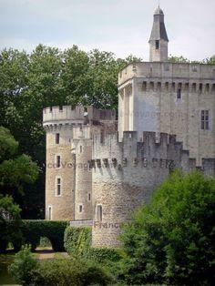 Château-Guillaume:+Donjon+et+tours+de+la+forteresse+médiévale+;+sur+la+commune+de+Lignac,+dans+le+vallon+de+l'Allemette,+dans+le+Parc+Naturel+Régional+de+la+Brenne - France-Voyage.com