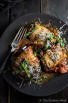 This Easy Eggplant Involtini recipe is a breeze to make yet keeps all of the original delicious flavors. The eggplant is baked then rolled around creamy ricotta and simmered in a basic tomato sauce. Serve it with a side of garlic bread and a Caesar salad Vegetable Recipes, Vegetarian Recipes, Cooking Recipes, Healthy Recipes, Eggplant Dishes, Eggplant Recipes, Clean Eating, Healthy Eating, Mets