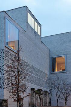 Die monolithische mineralische Fassade des spannungsreichen und kompakten Bauvolumens reagiert auf das Außenklima (Bild: Koculak/Claytec)