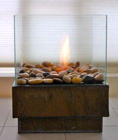 En este proyecto te mostraremos como hacer una elegante hoguera portatil para que decores lahabitaciónde tu hogar que prefieras a la vez de calefaccionarla. No necesitaras muchos materiales y con un poco de tiempo latendráspreparada.  MATERIALES:  Silicona marina Marco de vidrio barato (