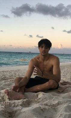 Ever since he stole our hearts as Peter Kavinsky in To All the Boys I've Loved Before, Noah Centineo's star has been on the rise. Here are 12 things you didn't know about the internet's new boyfriend. Beautiful Boys, Pretty Boys, Peter K, Lara Jean, Foto Casual, Hot Boys, Cute Guys, How To Look Better, Crushes