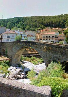 The Old Bridge seen from the new bridge, Arenas de San Pedro, Avila, Spain