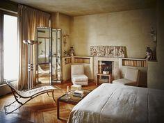 Installé dans un sublime immeuble Art déco, cet appartement est la rencontre, intime et savante, d'un décor original de 1948 et d'une très personnelle collection de meubles et d'objets. © Paul Lepreux